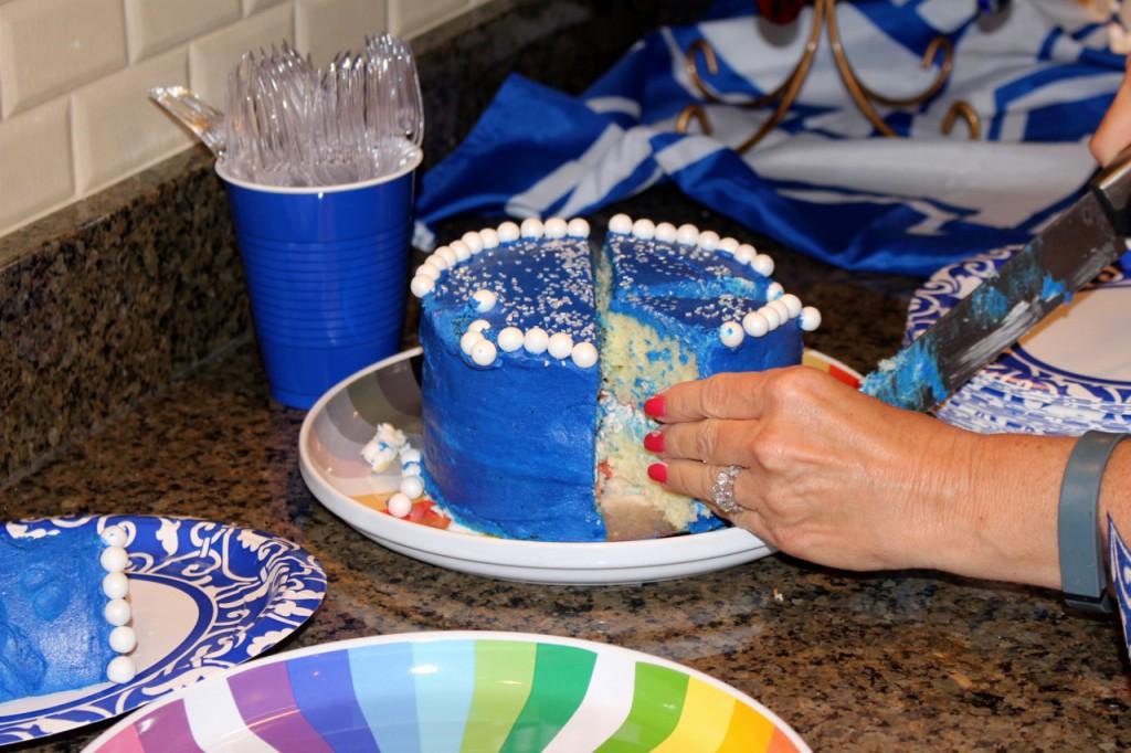 slcing cake (1280x853)