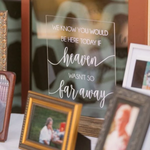Honoring lost loved ones at wedding with atable sign